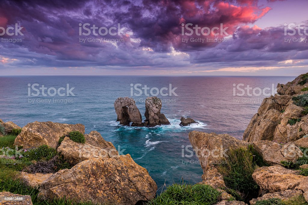 Amanecer en la costa y al mar y rocas en la comunidad autónoma de Cantabria, España - foto de stock
