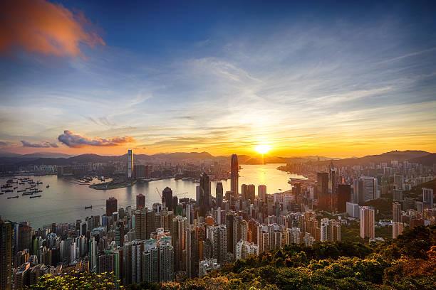 sonnenaufgang in der peak - kowloon stock-fotos und bilder