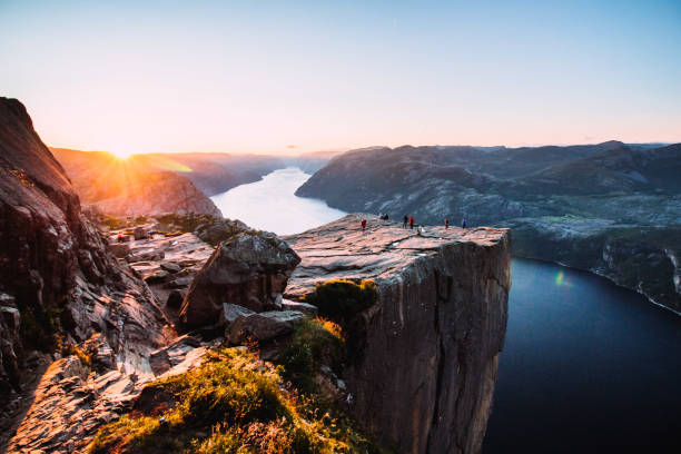 sunrise at de preikestolen - noorwegen stockfoto's en -beelden