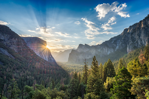 Sunrise at the tunnel View vista point at Yosemite National Park