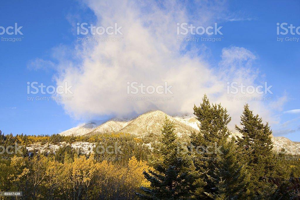Nuvole di alba in montagna foto stock royalty-free