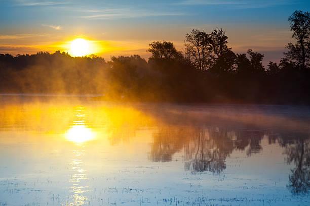 Sunrise explodiert über den herrlichen Lake – Foto