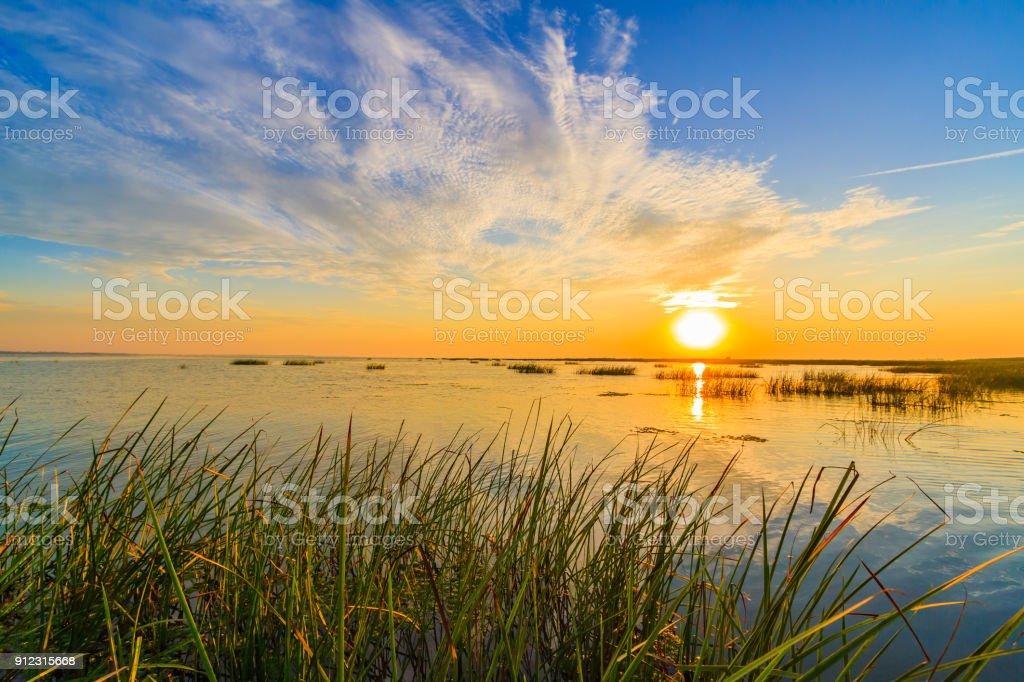 Sonnenaufgang von dem Kajak auf den Sulina-Kanal, der ins Schwarze Meer fließt – Foto