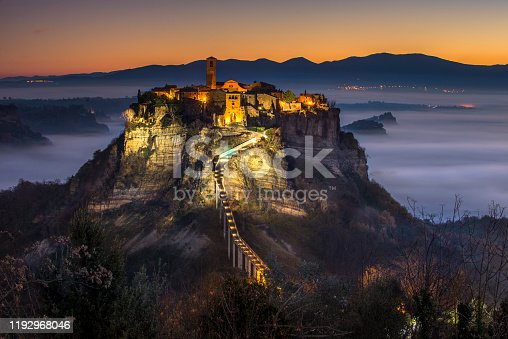 Panoramica su civita di bagnoregio all'alba