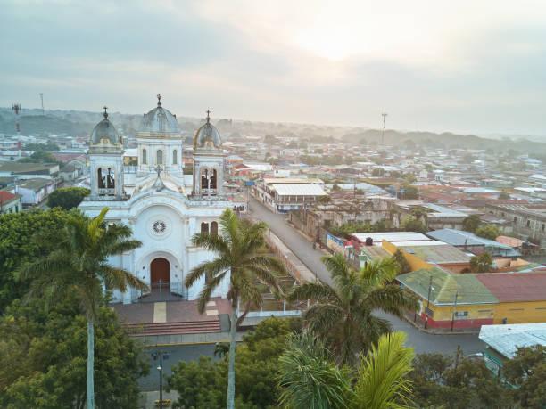 sonnenaufgang in diriamba stadt - nicaragua stock-fotos und bilder