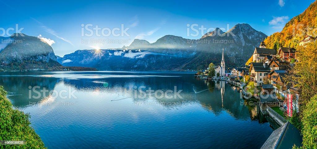 Amanecer de Hallstatt mountain village con lago de Hallstatt en otoño - foto de stock