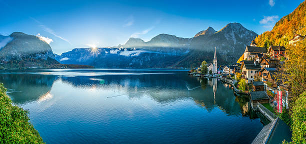 sunrise in hallstatt mountain village with hallstatter see in fall - 奧地利 個照片及圖片檔