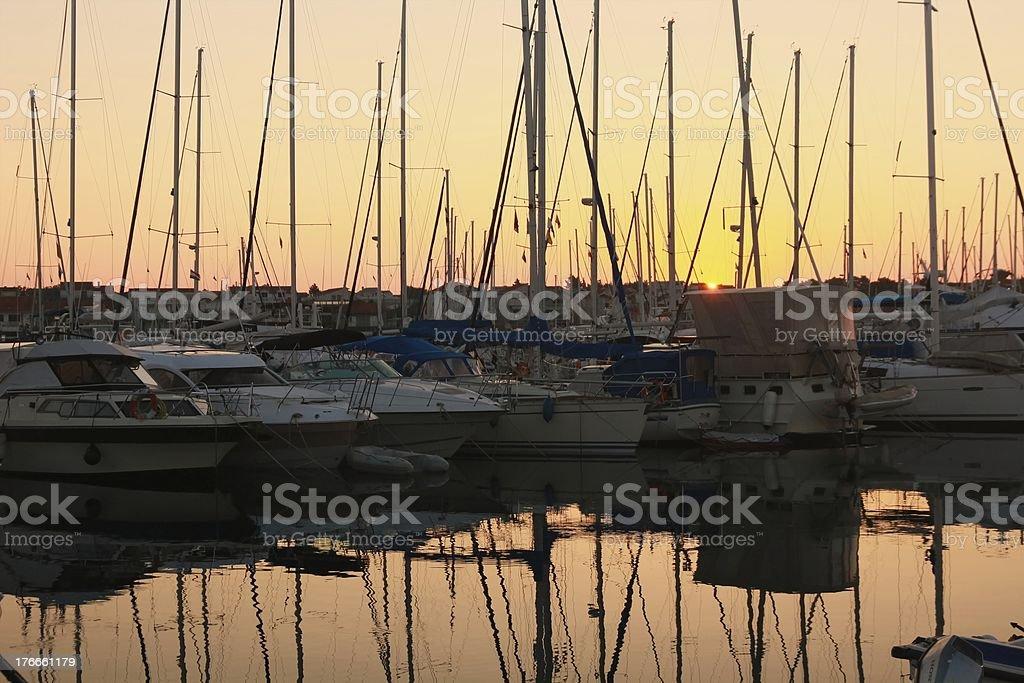 Amanecer en el puerto foto de stock libre de derechos