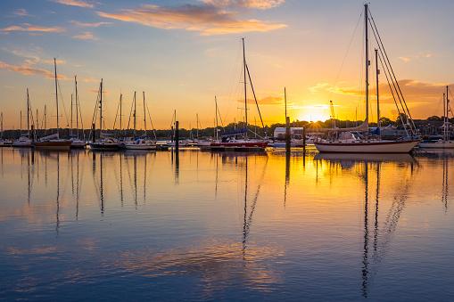 Sunrise In Southampton Marina Stockfoto en meer beelden van Aangemeerd