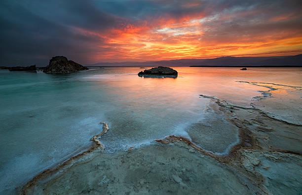 wschód słońca w morze martwe - morze martwe zdjęcia i obrazy z banku zdjęć