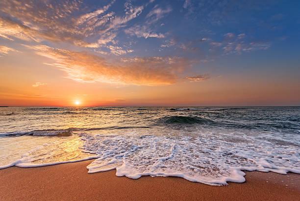Sonnenaufgang am Morgen, sunrise mit Wolken. – Foto