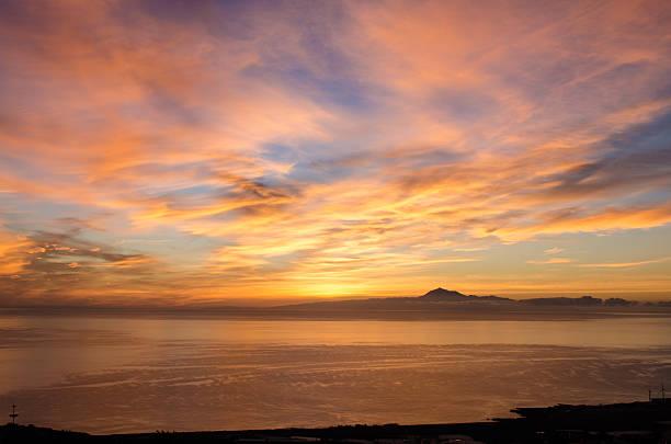 wschód słońca w morzu dla tła. - zmrok zdjęcia i obrazy z banku zdjęć