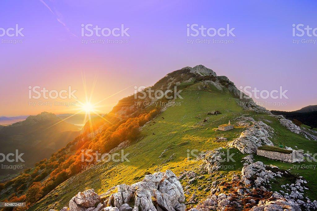 Amanecer en Urkiola mountain range - foto de stock