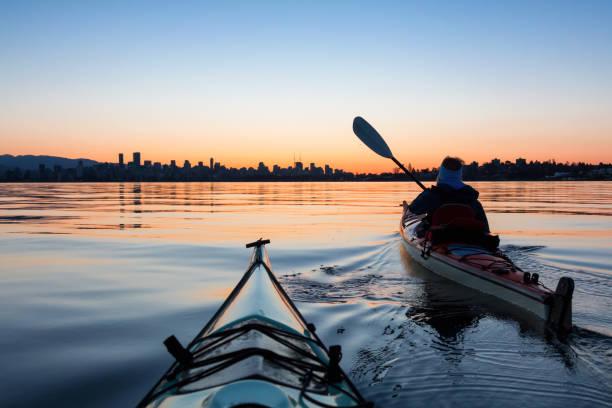 sunrise kayaking in vancouver - wybrzeże północno zachodnie pacyfiku zdjęcia i obrazy z banku zdjęć