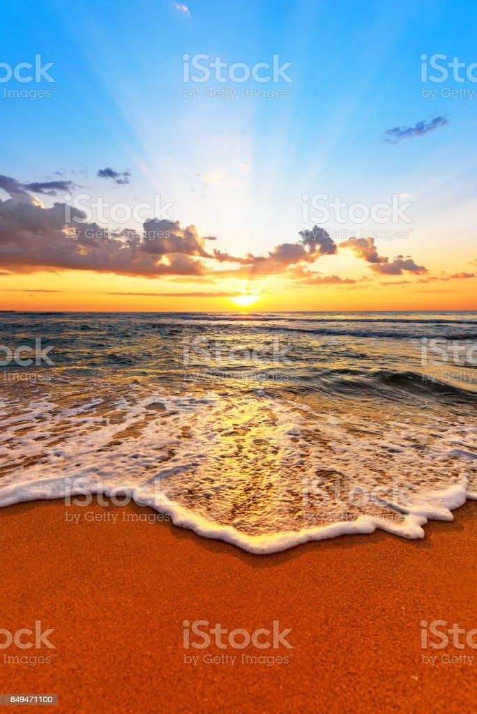 Salida del sol luz brillante en Océano ondas. - foto de stock