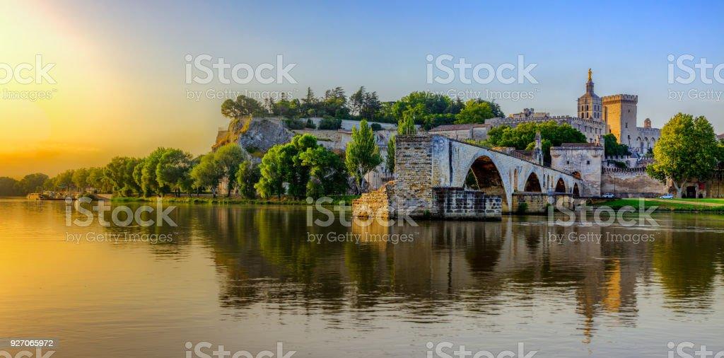 Lever du soleil du pont d'Avignon avec le Palais des Papes, Pont Saint-Bénezet, Provence, France - Photo
