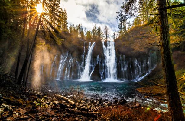 sunrise on burney falls - góry kaskadowe zdjęcia i obrazy z banku zdjęć