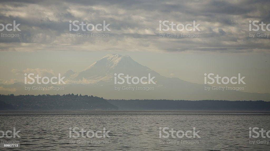 Amanecer en Mt. Rainier de Puget Sound foto de stock libre de derechos
