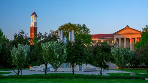 sonnenaufgang auf dem campus der purdue mit uhrturm und brunnen - purdue university stock-fotos und bilder