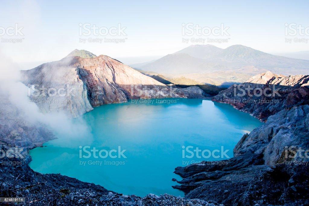 Zonsopgang op de top van de krater van de Ijen foto