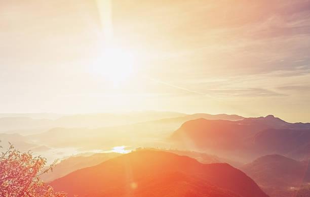 Nascer do sol sobre o Pico de Adam, Sri Lanka - foto de acervo