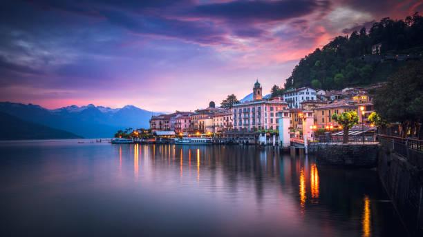 zonsopgang boven bellagio, comomeer, italië - como italië stockfoto's en -beelden