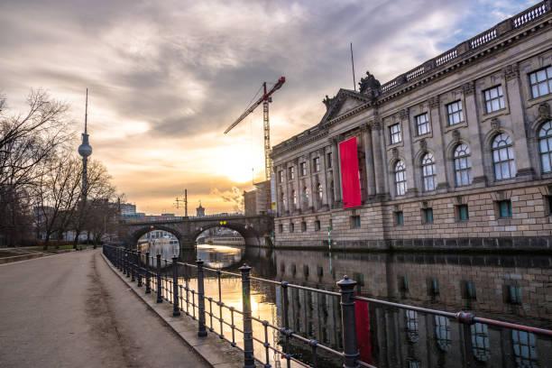 sonnenaufgang über der brücke im zentrum von berlin - brücke museum berlin stock-fotos und bilder