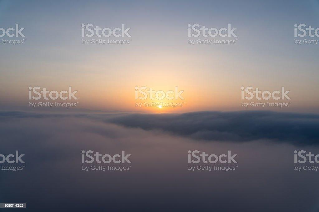 Bulutlar üzerinde gündoğumu stok fotoğrafı