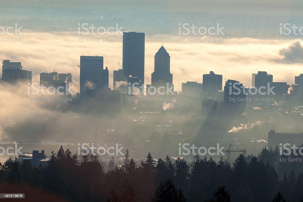 Sonnenaufgang über dem nebligen Skyline von Portland – Foto