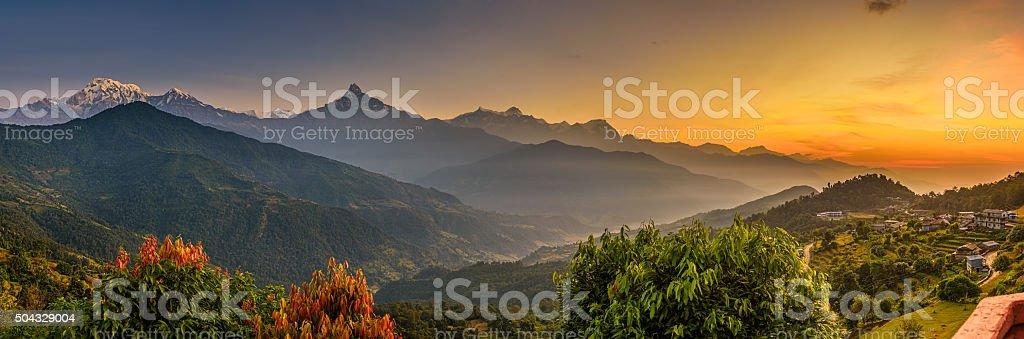Lever du soleil sur les montagnes de l'Himalaya photo libre de droits
