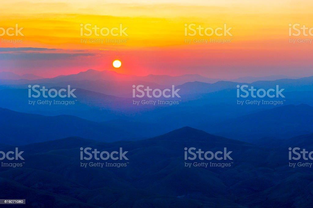 Sonnenaufgang über den Bergen  – Foto