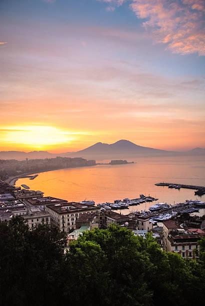 sonnenaufgang über neapel, italien - neapel stock-fotos und bilder