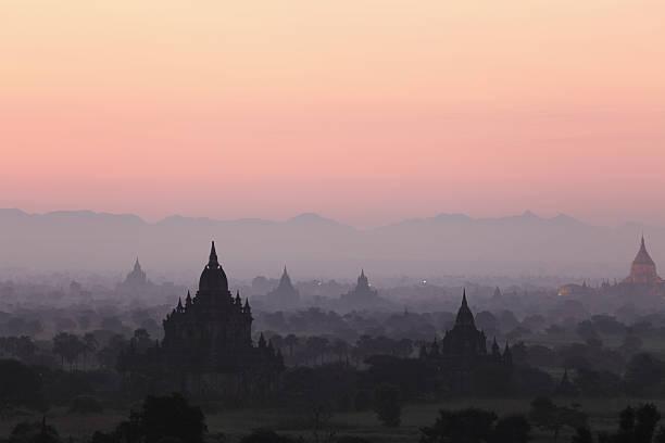 Sonnenaufgang über dem Tempel von Bagan – Foto
