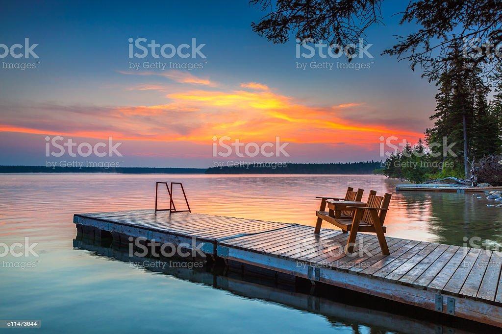 Lever du soleil sur le ponton à Claire Lac, Manitoba - Photo