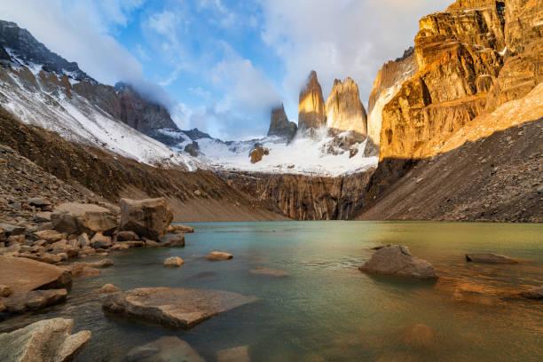 Sonnenaufgang über den ikonischen Türmen im Mirador Las Torres, Torres Del Paine Nationalpark, Patagonien, Chile – Foto
