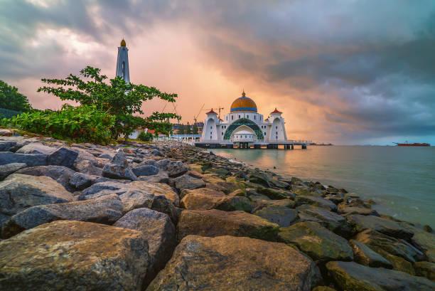 zonsopgang boven de majestueuze moskee, malakka straits drijvende moskee (masjid selat melaka). - malakka staat stockfoto's en -beelden