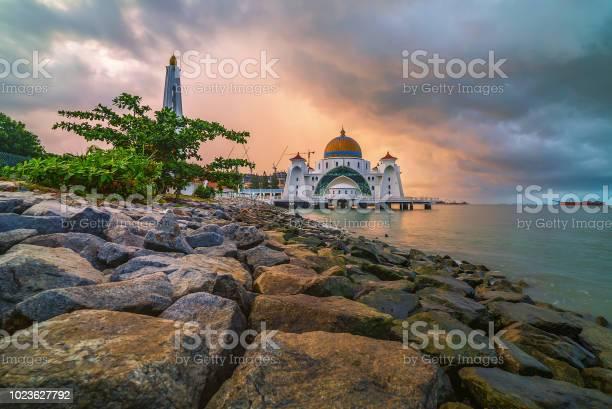 Zonsopgang Boven De Majestueuze Moskee Malakka Straits Drijvende Moskee Stockfoto en meer beelden van Architectuur