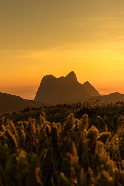 Nascer sol sobre como montañas com una vista para o Pico Paraná - foto de stock