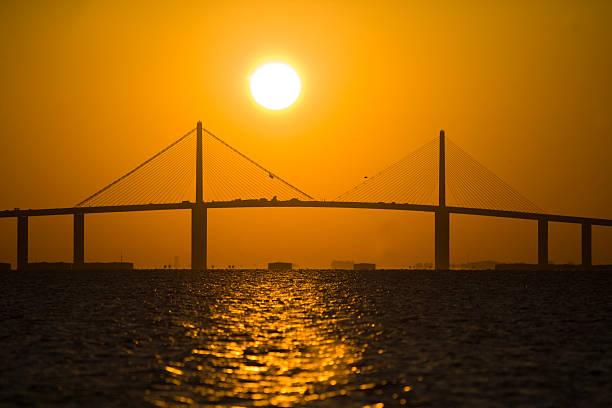 lever de soleil sur le pont sunshine skyway - passerelle pont photos et images de collection