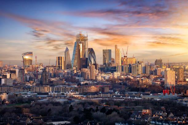 alba sullo skyline urbano della city of london, regno unito - mercato luogo per il commercio foto e immagini stock