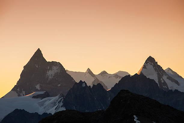 sunrise over zermatt - kanton schweiz stock-fotos und bilder