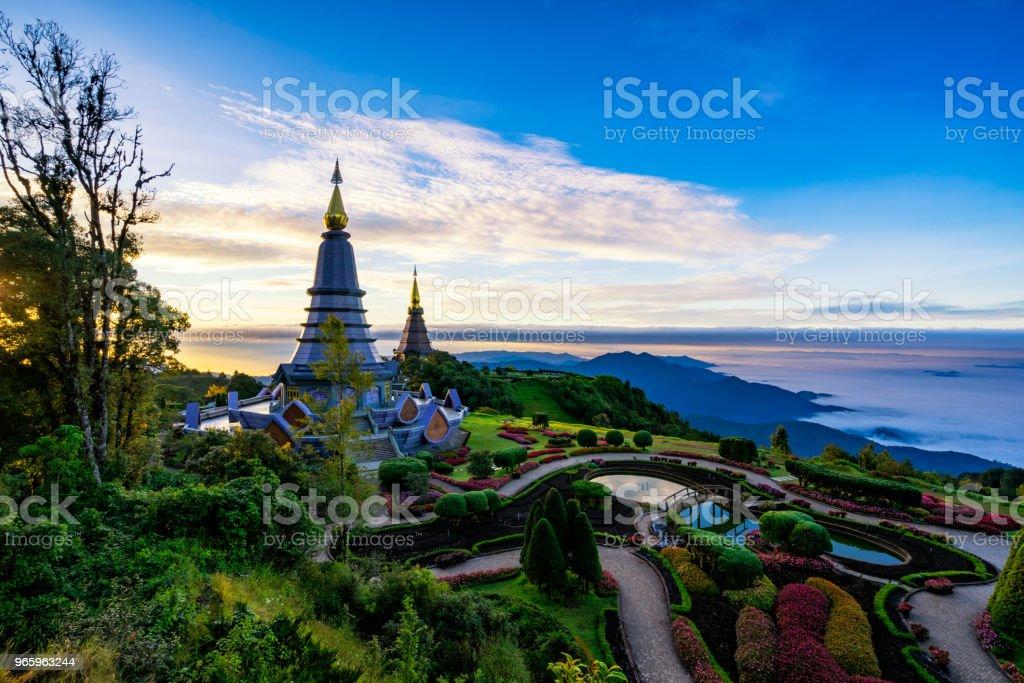 Sunrise-Szene von zwei Pagode auf der Oberseite Inthanon Berg Doi Inthanon Nationalpark, Chiang Mai, Thailand. - Lizenzfrei Alt Stock-Foto