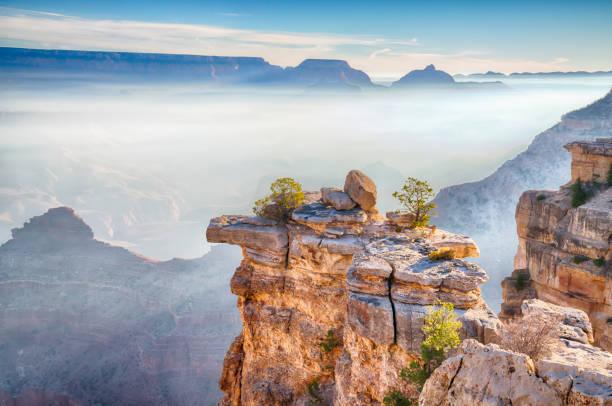 sonnenaufgang über dem nebel in den grand canyon, arizona - grand canyon nationalpark stock-fotos und bilder