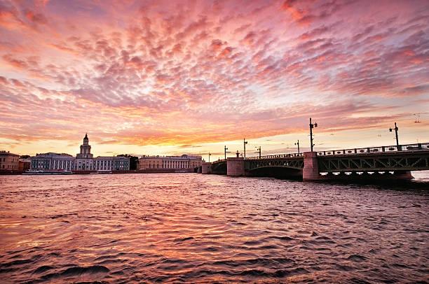 sunrise view of palace bridge st petersburg, russia - neva stockfoto's en -beelden