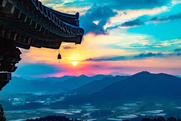 zonsopgang met koreaanse traditionele tempel - korea stockfoto's en -beelden