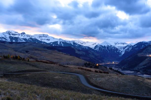 sonnenaufgang mit sturm über schneebedeckte berge - own wilson stock-fotos und bilder