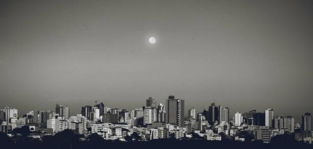 nascer do sol com a cidade de lua divinópolis mg - divinópolis - fotografias e filmes do acervo
