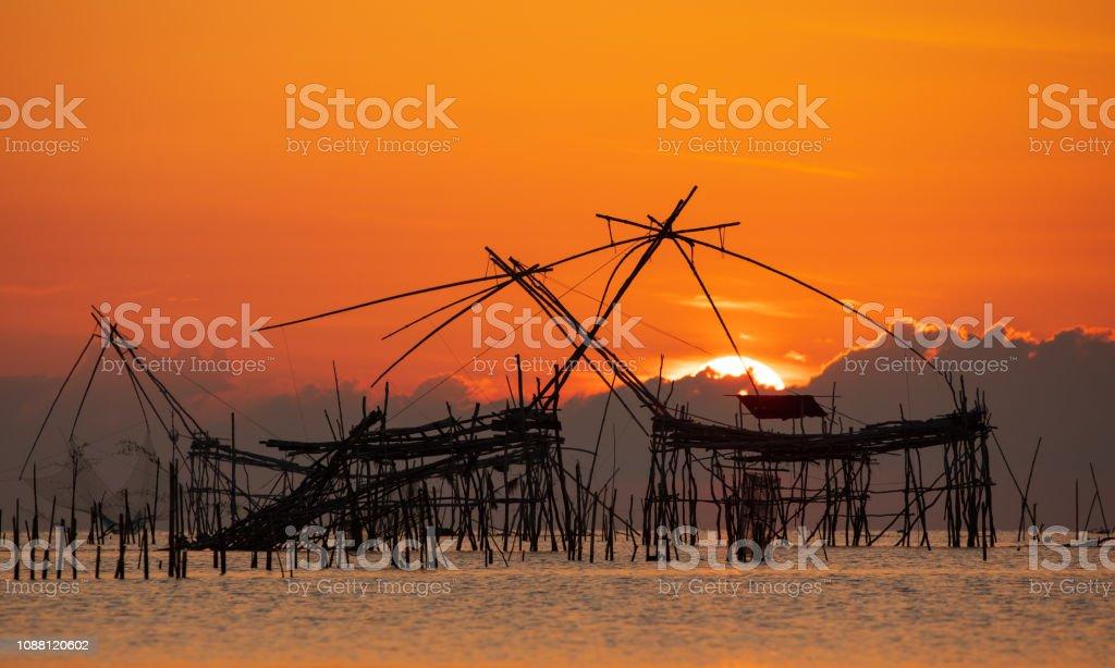 Sonnenaufgang mit traditionellen Fischfang Trap in Pak Pra Dorf, Phatthalung, Thailand – Foto