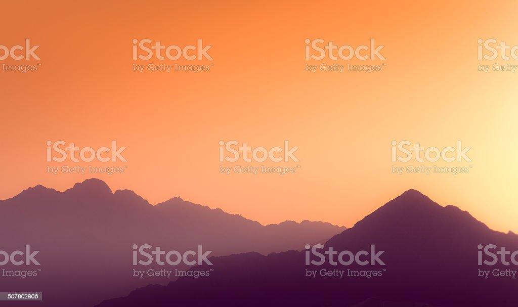 Sonnenuntergang über dem Schichten der Berge. – Foto