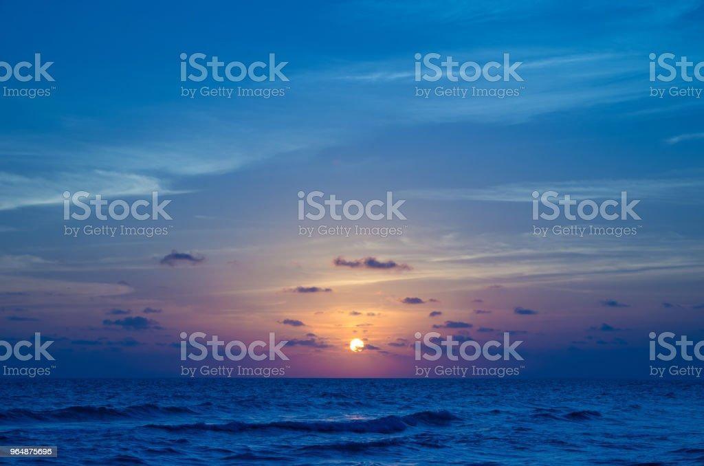海面的日落 - 免版稅反射圖庫照片